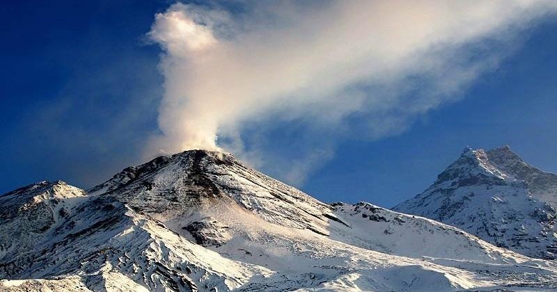 Пепловый шлейф от ночного взрыва вулкана Безымянный достиг Магадана