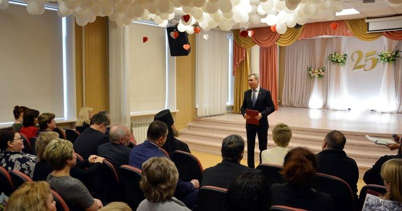 Колымские парламентарии поздравили с юбилеем магаданскую английскую гимназию