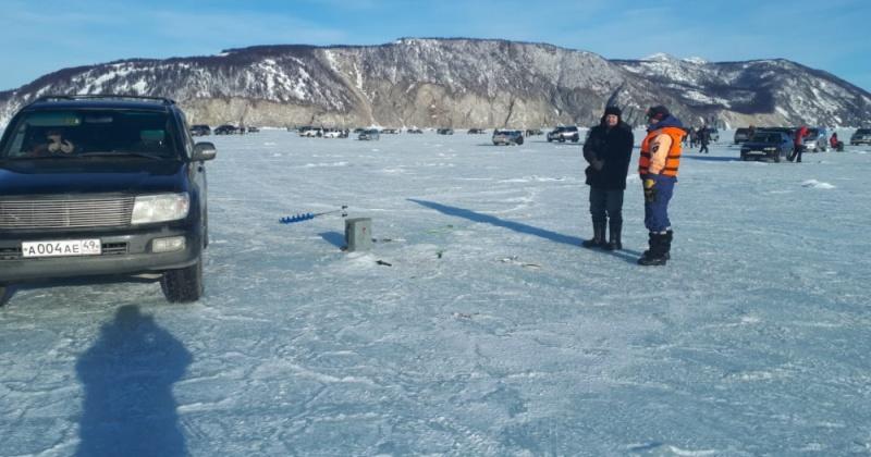 Магаданские спасатели патрулируют места выхода людей на лед