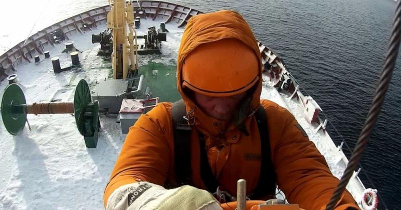 Пострадавшего моряка эвакуировали магаданские спасатели с судна «Царица»