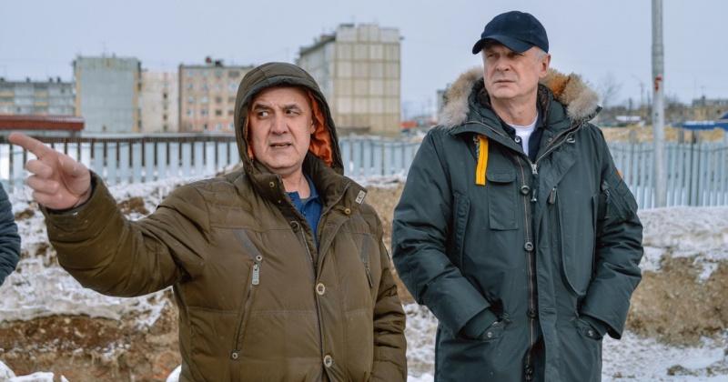 Сергей Носов проверил ход строительства бассейнов в посёлках Палатка и Ола
