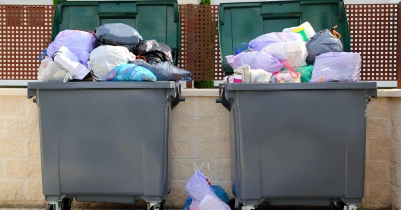 У владельцев предприятий на первых этажах жилых домов Магадана нет культуры обращения с мусором
