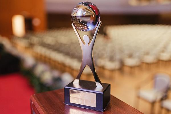 Лица, имеющие высокие достижения и заслуги в политике, науке, образовании, могут стать лауреатами премии мэрии Магадана «Человек года»