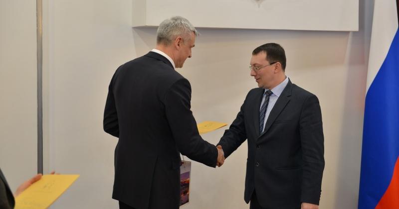 Сергей Носов отметил лучших муниципальных служащих Колымы