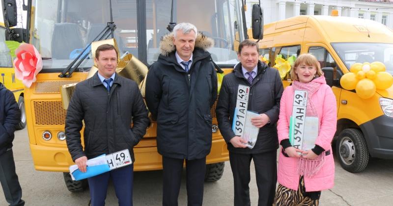 Школьники поселков Магаданской области получили новые автобусы