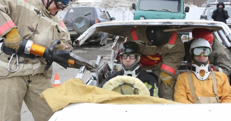 Спасатели Магадана извлекли пострадавших из автомобиля
