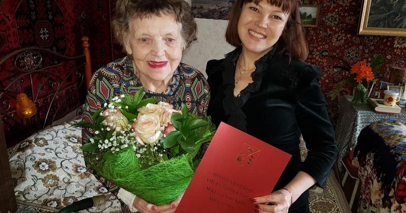 Ветеран труда Лидия Вагрина получила поздравление с 90-летием от губернатора Магаданской области