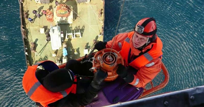 Магаданские спасатели эвакуировали травмированного рыбака с судна в Охотском море