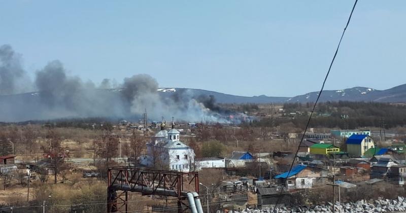Магаданские пожарные ликвидируют последствия загорания мусора на территории, прилегающей к дачным участкам