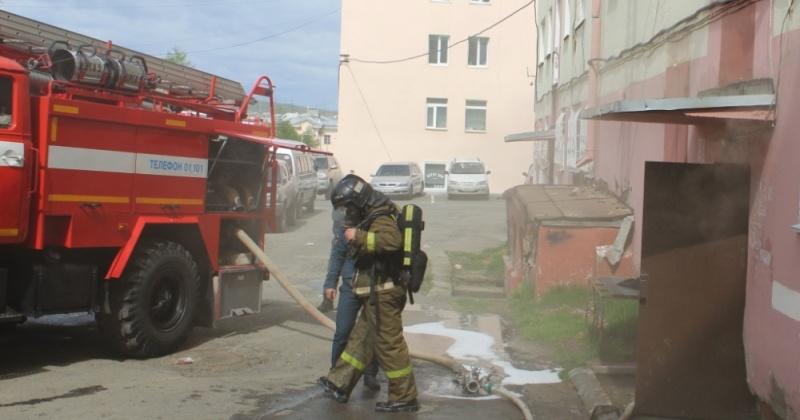 На пожаре в жилом доме магаданские огнеборцы спасли человека
