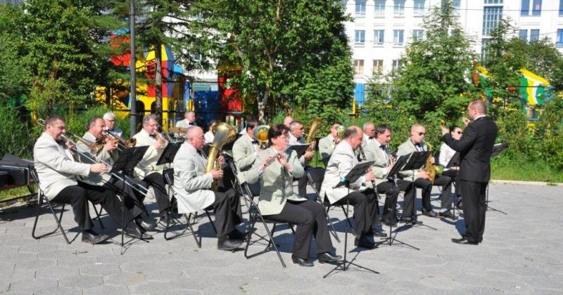 Каждую пятницу с 16.00 до 17.00 духовой оркестр эстрадной музыки будет радовать горожан выступлениями у фонтана в сквере «70 лет Магадану»