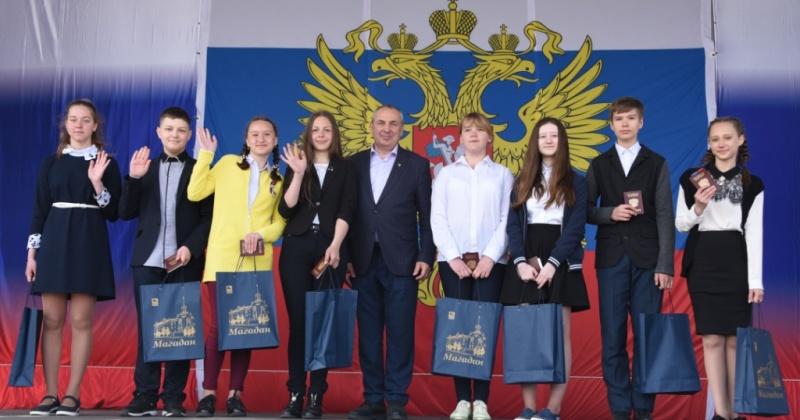 Большим праздничным концертом «Широка страна моя родная» отметили в Магадане День России