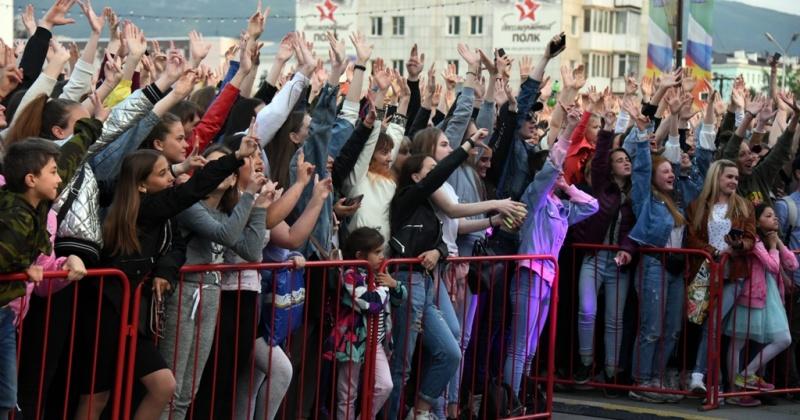 Под треки Натана, Кравца, CYGO и DJ Groove станцевали магаданцы в День города (Фоторепортаж)
