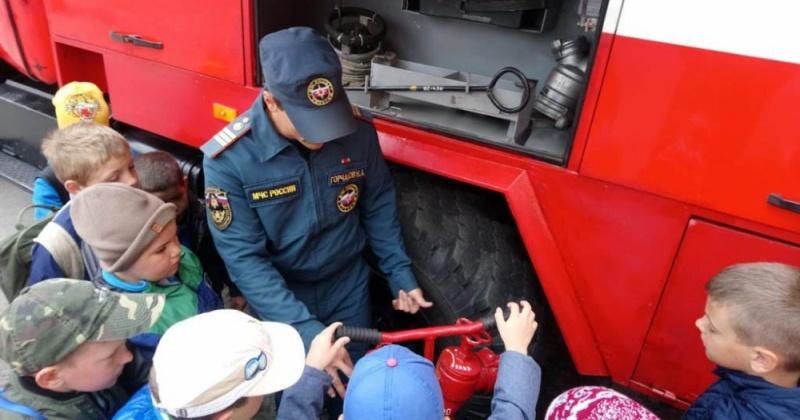 """В очередной раз двери пожарно-спасательной части № 20 города Магадана открылись для воспитанников санатория """"Мир"""""""