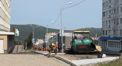 На улице Парковой в Магадане приступили к укладке дорожного полотна