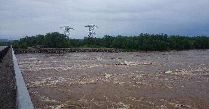 На реке Детрин  около посёлка Усть-Омчуг существует угроза подмыва дамбы
