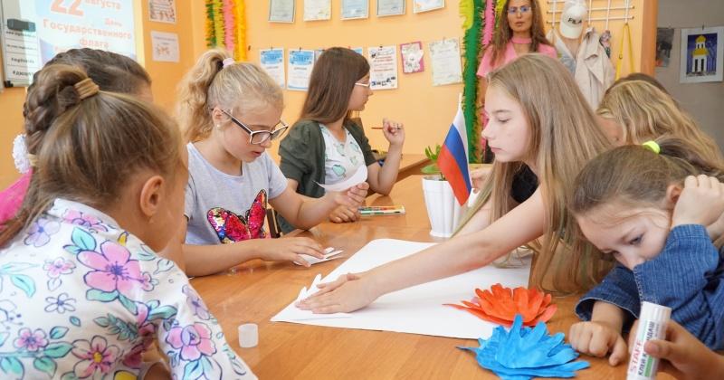 В магаданских клубах ребятам рассказали историю появления государственного флага России